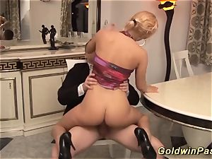 busty cougar gets deep fisted