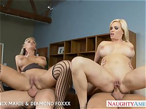 Blondes Phoenix Marie and Diamond Foxxx pound in fourway