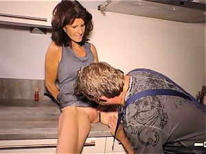 HAUSFRAU FICKEN - German grandmother gets penetrated hard